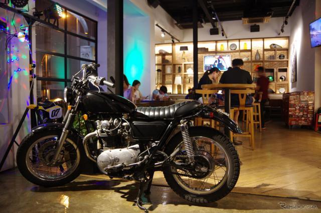 「Y ZONE」にはおしゃれなカフェも。《撮影 宮崎壮人》