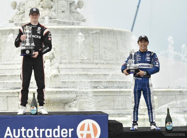"""デトロイト連戦の""""レース1""""で佐藤琢磨(右)が3位に。優勝はニューガーデン(左)。《写真提供 INDYCAR》"""