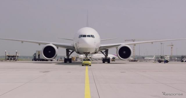 MINIクーパーSEのプロトタイプがドイツ・フランクフルト国際空港において約150トンの航空機(ボーイング777F)を牽引《photo by MINI》