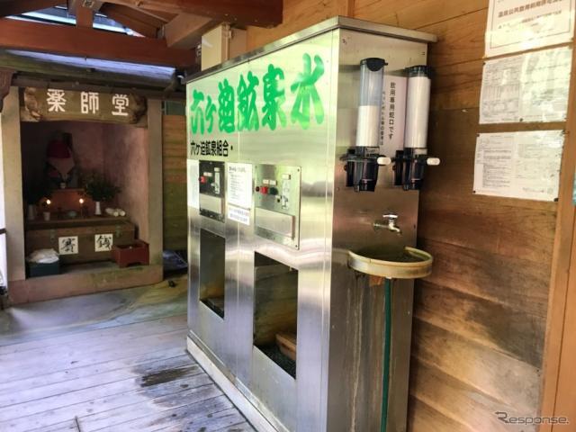 飲泉場には専用の給水機があって、5リットル100円で組むことができる。《撮影 中込健太郎》