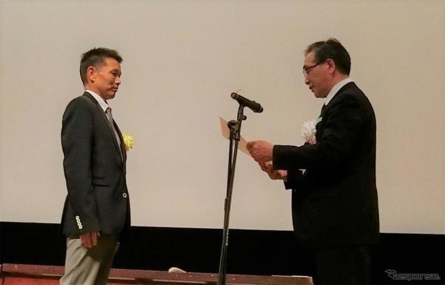 表彰される横浜ゴムの佐藤有二氏(左)《写真 横浜ゴム》