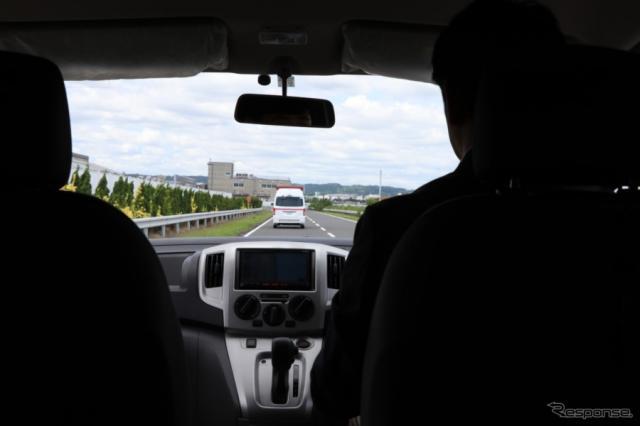 大きくはないが、着座位置からの視界も悪くないので閉塞感の少ないNV200タクシーユニバーサルデザイン、車いすのまま乗車した際の視界。《撮影 中込健太郎》