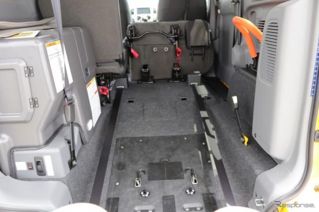 乗り降りのしやすさの他、しっかり固定でできて、安定した姿勢で車いすのまま乗車できる。体験してみると発見は多かった。(NV200タクシーユニバーサルデザイン)《撮影 中込健太郎》