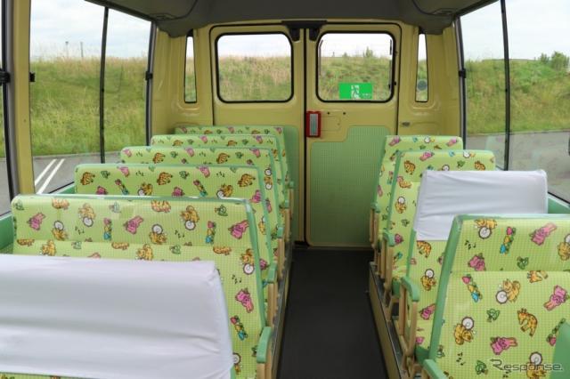 大人2名に対して子供3人となる乗車定員のシビリアンの送迎車、幼稚園バス。小さなシートは柄がかわいいだけではなく、前に衝撃吸収のパッドが備わわっていた。《撮影 中込健太郎》