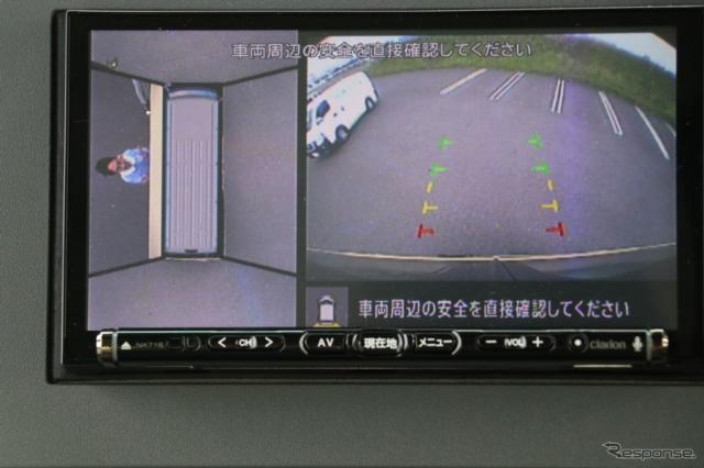 幼稚園バスの場合、安全確認を行うため、ドアが手動なケースが多いという。さらに、乗降口の付近を映すカメラも用意される。(シビリアン幼稚園バス)《撮影 中込健太郎》