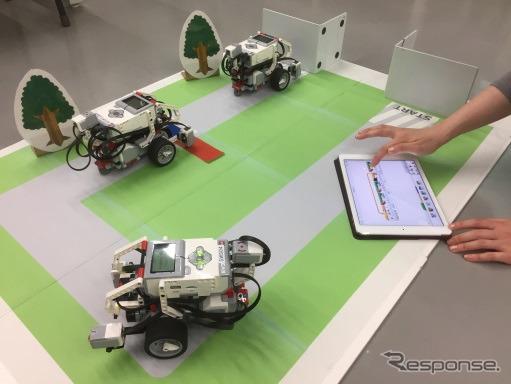 自動運転ロボットを走らせる《写真 日本科学未来館》