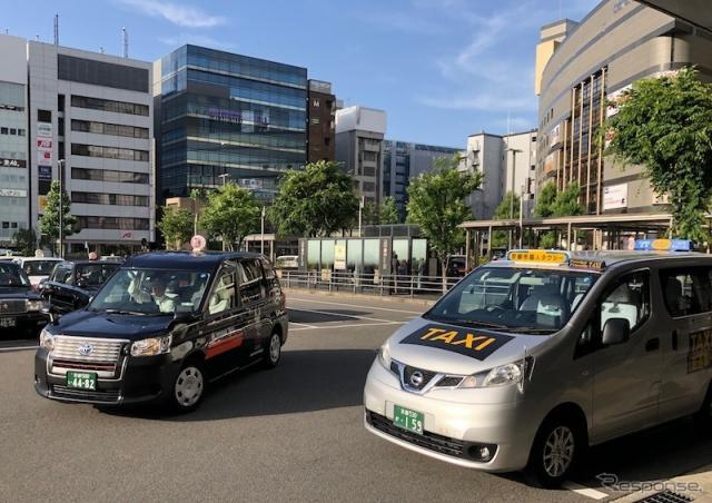 都内で多く見かけるようになったトヨタのジャパンタクシー(左)と、日産のNVタクシー《撮影 藤井真治》