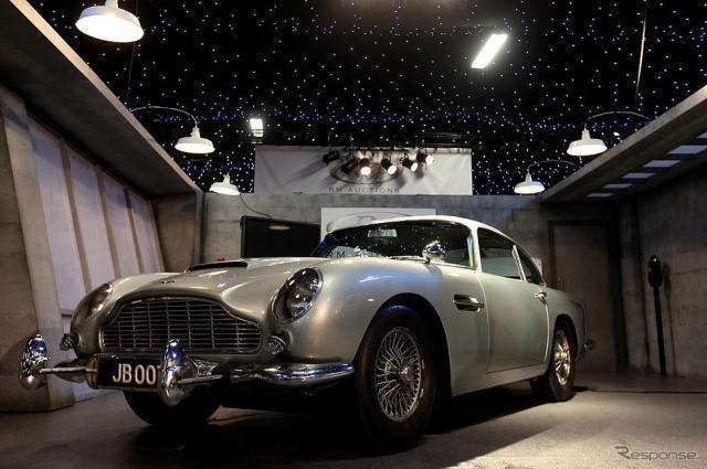 『007ゴールドフィンガー』と『007サンダーボール作戦』の撮影で用いられたアストンマーティンDB5(2010年のオークション)。《photo by Getty Images》
