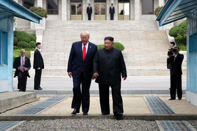 トランプ米大統領が、北朝鮮の金正恩・朝鮮労働党委員長と歩いて北朝鮮入り。《photo (c) Getty Images》
