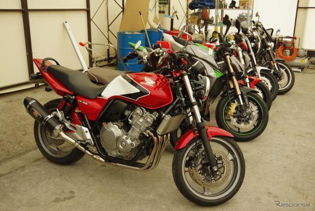 埼玉・岩槻にある車両保管所には様々なバイクが並ぶ《撮影 宮崎壮人》