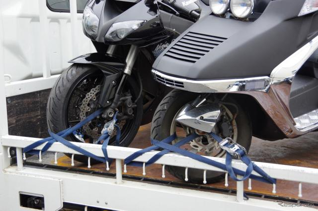 必ず前輪を積載車のバーに固定する《撮影 宮崎壮人》