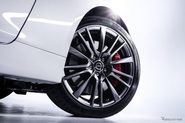 ツインターボモデルはオリジナルの19インチホイールとレッドキャリパーが特徴《写真提供 日産自動車》