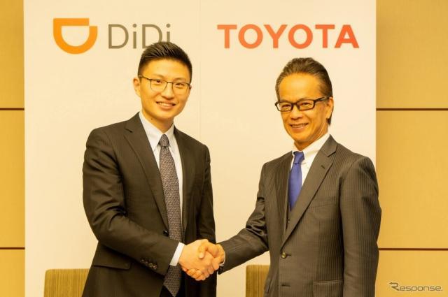 調印式の様子、左からDiDi社 シュ・ケイシ上級副社長、トヨタ 友山茂樹副社長《画像:トヨタ自動車》