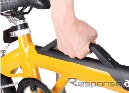 樹脂製の持ち手は、車体の中心を捉えており、自転車を片手で安定して持ち運べる《画像 あさひ》