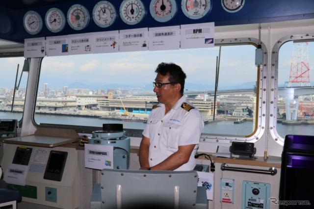 舘山船長の挨拶。台風の影響で、沖で4日間ほど待機してようやく入稿できたのだそうだ。4日間は稀だそうだが、安全第一の為に待つこともいとわない、とのこと。《撮影 中込健太郎》