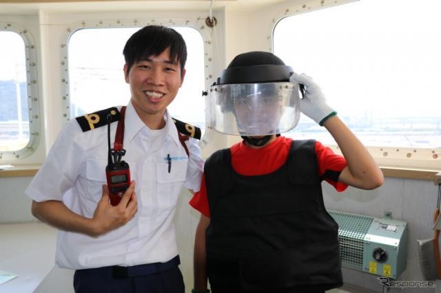 海賊ガス壺津する海域もあるとのことで、防弾チョッキなどの防護服も備えられているという。まさに、命がけで新車を送り届けているのだ。《撮影 中込健太郎》