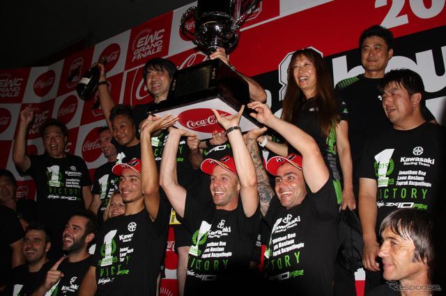 優勝したNo.10 Kawasaki Racing Teamによる記念撮影《撮影 藤木充啓》