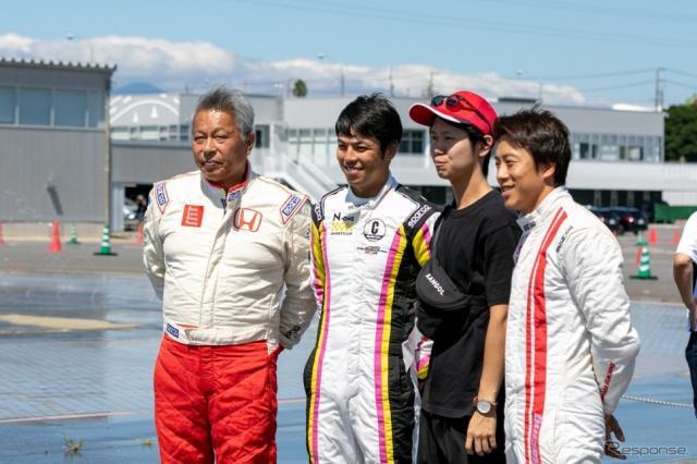 左から特別講師の岡田秀樹氏、中山友貴選手、参加者をはさんで、伊沢拓也選手《写真 上田和則》