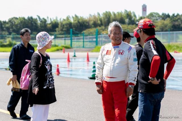 参加者と交流する岡田秀樹氏《写真 上田和則》