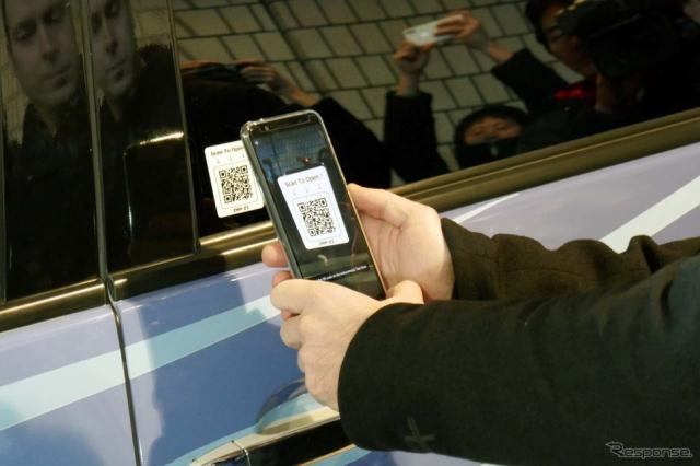 自動運転タクシーのドアの横にあるQRコードをスマホで読み取ると個人認証を行われてドアが開く