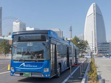 国産初のハイブリッド連節バス「BAYSIDE BLUE」が横浜でデビュー