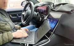 メルセデス・マイバッハSクラス 次期型、iPad Proより巨大なタッチスクリーンを激写!