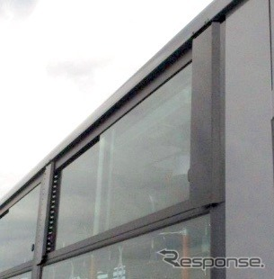 ウィンドバイザーを装着した大型路線バス、エアロスター《写真提供 三菱ふそうトラック・バス》