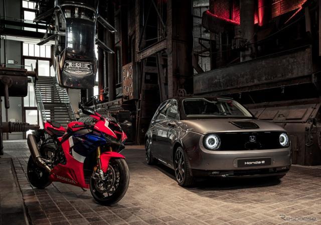 独レッド・ドット・デザイン博物館のセンターステージに展示されたホンダ CBR1000RR-R ファイアブレードSP と ホンダ e《photo by Honda》