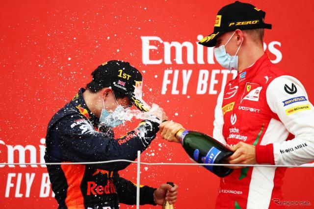 ミック・シューマッハに祝福される角田(2020年FIA-F2第5戦シルバーストン、表彰式)《Photo by Joe Portlock - Formula 1/Formula 1 via Getty Images/ゲッティイメージズ》