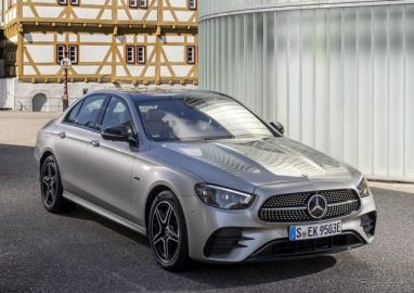 メルセデスベンツ Eクラスセダン 改良新型、PHVの燃費は52.6km/リットル…欧州発売
