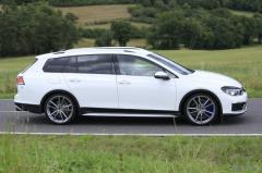 VW ゴルフヴァリアント 新型にも最強の「R」!オールトラック風の開発車両を目撃