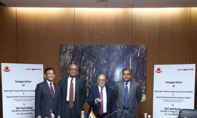 インド初の「赤信号違反検知システム」と「スピード違反検知システム」の設置を発表したマルチスズキとデリー警察の幹部(2019年)《photo by Maruti Suzuki》