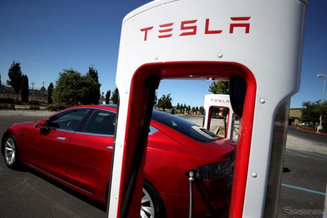 テスラ車と充電器。米カリフォルニア州では、2035年から州内で内燃機関車の販売が禁じられる。《Photo by Justin Sullivan/Getty Images News/ゲッティイメージズ》