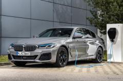 BMW 5シリーズ 改良新型、PHVが5車種に拡大へ…今秋から欧州で