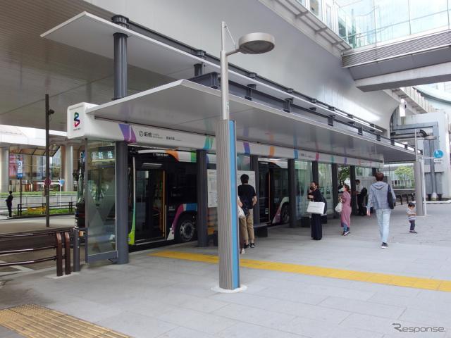 東京BRT(10月12日)。新橋バス停はゆりかもめ新橋駅直下。《写真撮影 高木啓》