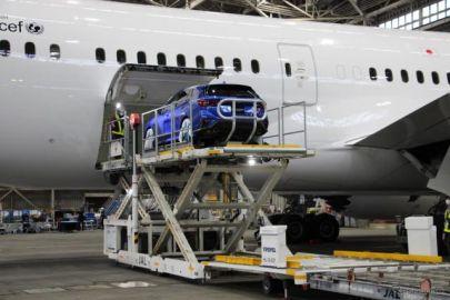 【スバル レヴォーグ 新型】飛行機に車を積み込むデモ…コラボした理由