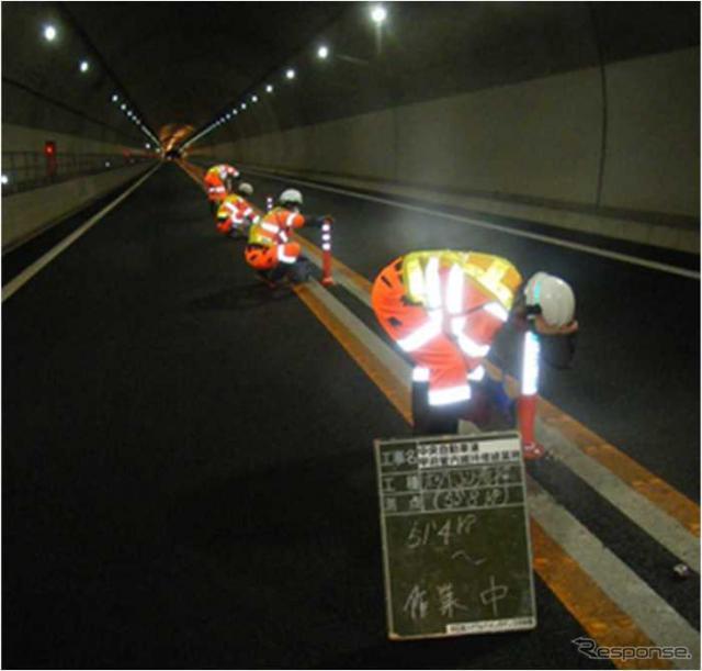 トンネル付属物の清掃《写真提供 中日本高速道路》