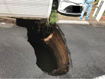 東京調布の住宅街で道路陥没、地下で外環道トンネル工事[新聞ウォッチ]