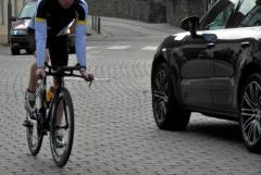 自転車によるあおり運転、7人に1人が被害経験あり au損保調べ