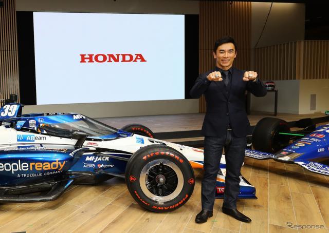 """2台揃ったインディ500優勝マシンとともに、佐藤琢磨が""""凱旋報告""""。《写真提供 Honda》"""