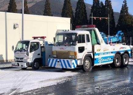 立往生発生時にそなえ救出用車両を事前配備(年末年始、大分自動車道 ・湯布院IC)《写真提供 NEXCO西日本》