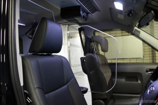 飛沫防止シールドと高効率空気清浄機《写真提供 日本交通》