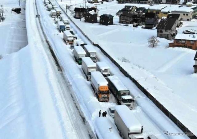 関越自動車道の立ち往生の状況(2020年12月18日)(参考画像)《写真提供 国土交通省》