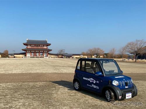 音声によるマイクロ・ロボットタクシー Mopiの呼び出し《写真提供 損害保険ジャパン》