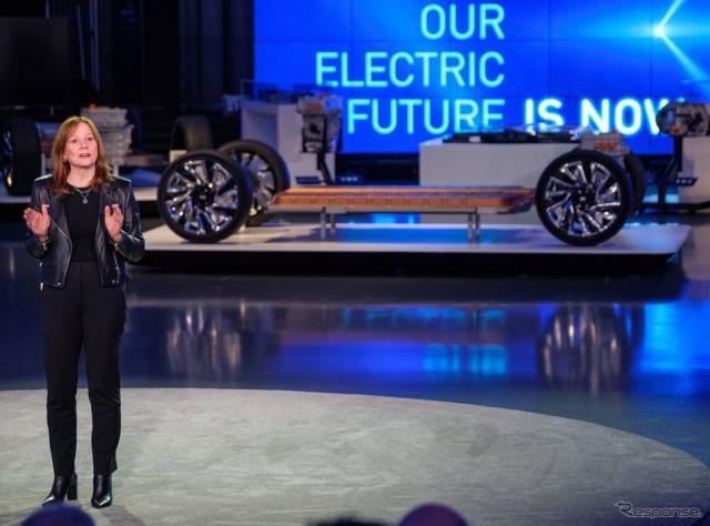 GMのメアリー・バーラ会長と次世代EV向け「アルティウム」車台《photo by GM》