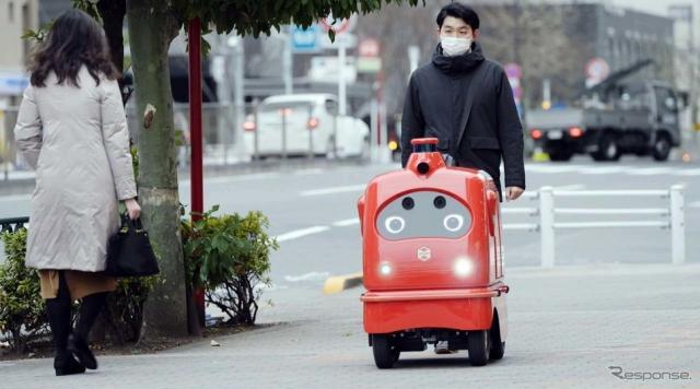 デリロは歩道を自動走行し、万一のトラブル発生に対処するため一人が付き添う