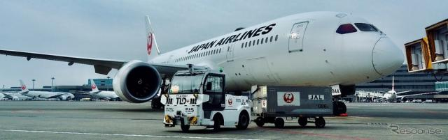 自動運転トーイングトラクターによる手荷物・貨物輸送の様子《写真提供 JAL》