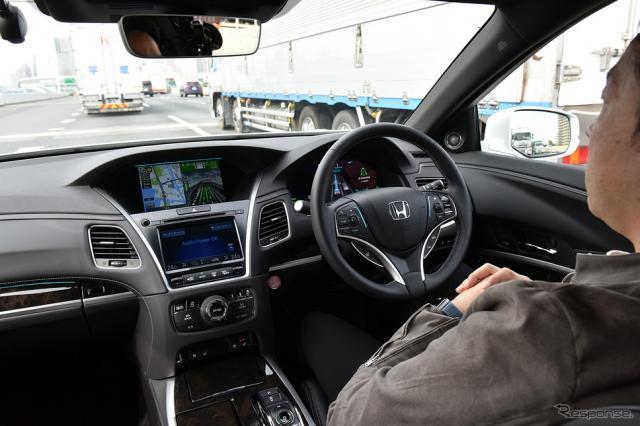 「トラフィックジャムパイロット」を使い、渋滞中の高速道をハンズオフで走行するホンダ レジェンド《写真撮影 中野英幸》