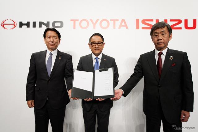 3社提携を発表したトヨタの豊田社長(中央)、いすゞの片山社長(右)、日野の下社長《写真提供 トヨタ自動車》