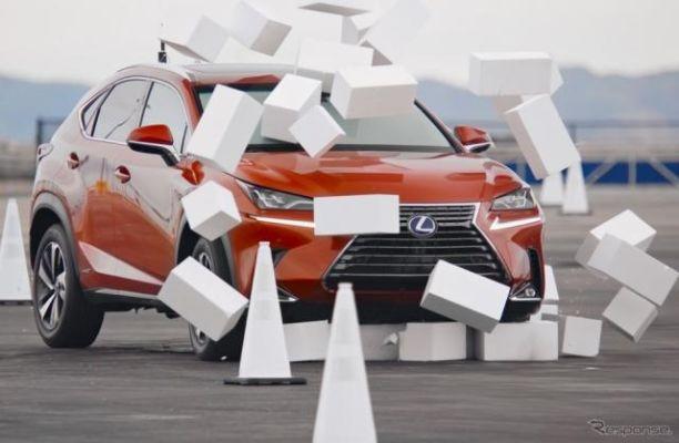 とつぜん前が見えない!!…スマホ操作の危険性を体験、レクサス NX 改造車